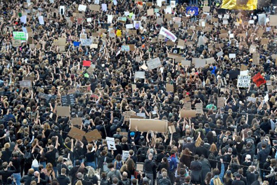 Esto ocurre en la plaza Alexanderplatz en Berlín, Alemania (Fotografía: AFP)