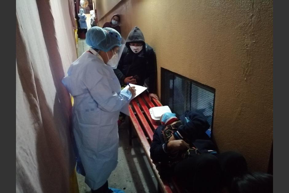 Uno de los pacientes espera acostado en un banca de madera. (Foto: PDH)