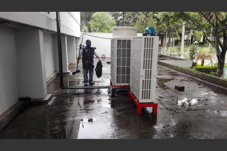 Los trabajadores despedidos realizan trabajo operativo en el hospital temporal del Parque de la Industria. (Foto: Cortesía/Soy502)