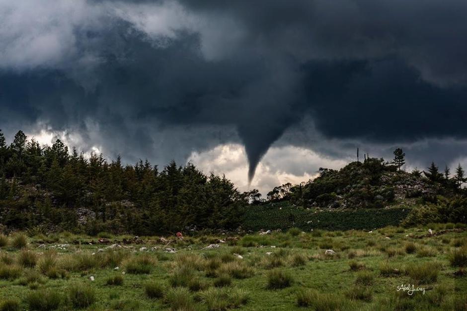 """El """"pequeño"""" tornado causó varios daños. (Foto: Abel Juárez / Compartida por Meteorología GT)"""
