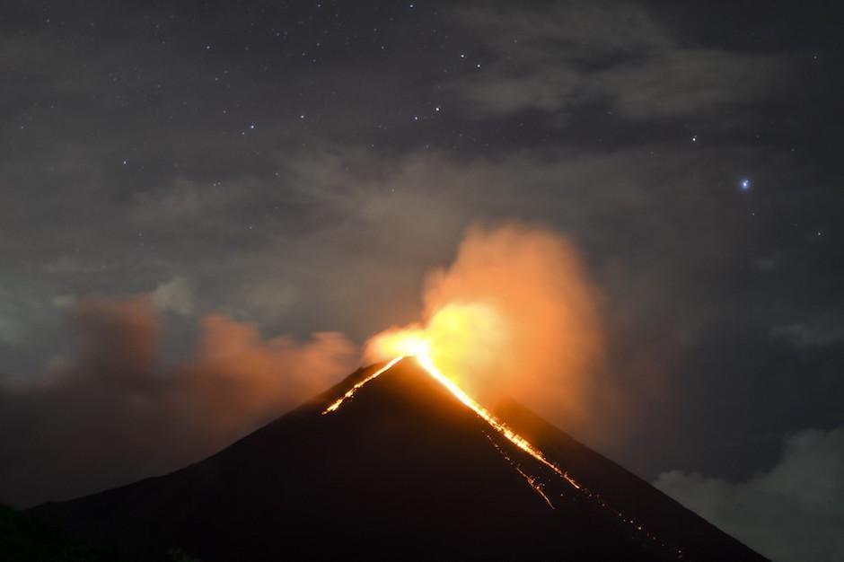 La erupción se aprecia desde la aldea El Rodeo. (Foto: AFP)