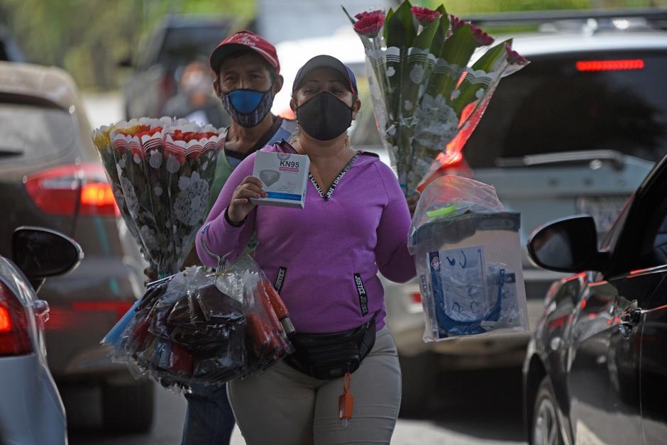 Darlin sale a vender artículos de protección personal en la zona 10. (Foto: Wilder López/Soy502)