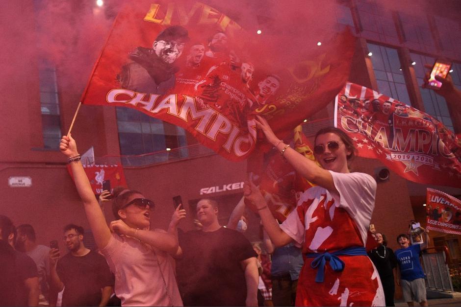 Los aficionados han salido a las calles para festejar el título del Liverpool. (Foto: AFP)