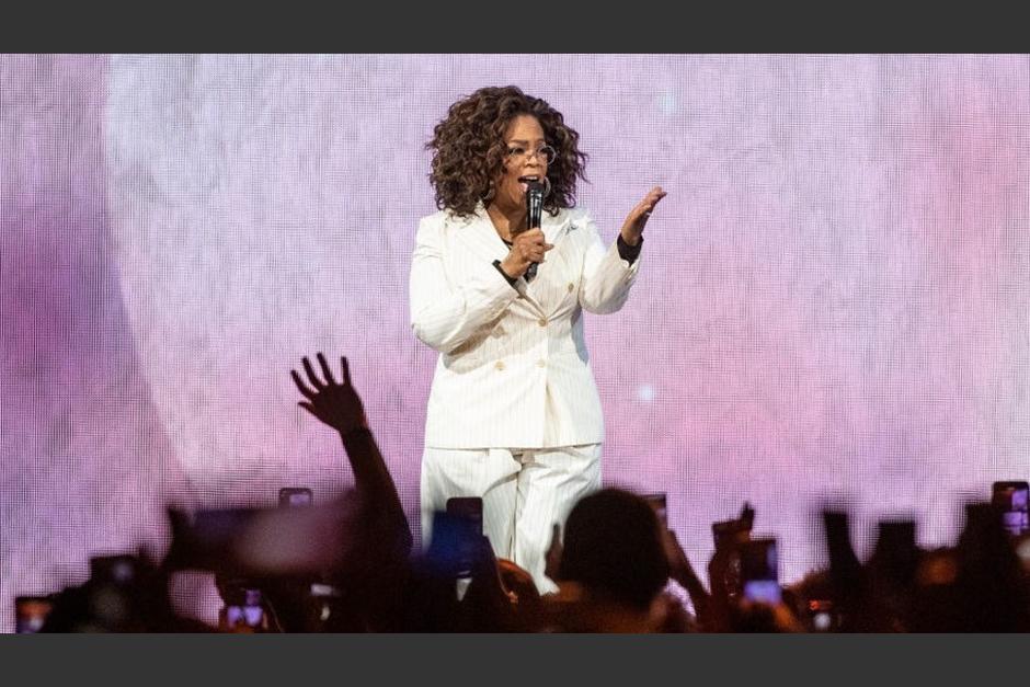 Oprah se cayó en pleno escenario y sus fans no la perdonan. (Foto Twitter)