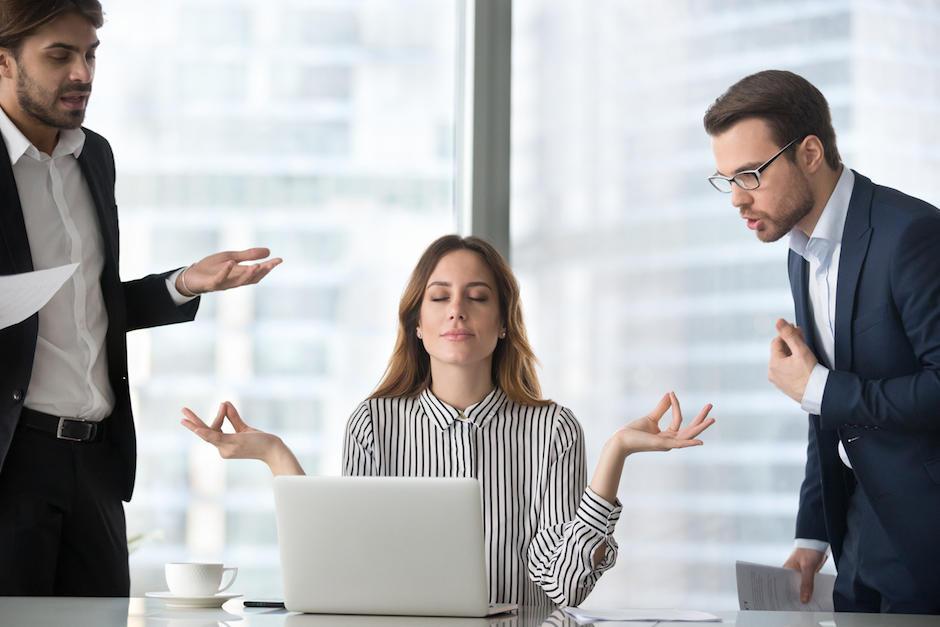 Las interrupciones para platicar con tus compañeros afectan el ritmo del trabajo (Foto: Salud180)