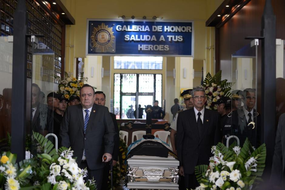 Alejandro Giammattei reveló que el hombre que asesinó al policía le tomó una fotografía al cuerpo inerte. (Foto: Wilder López/Soy502)