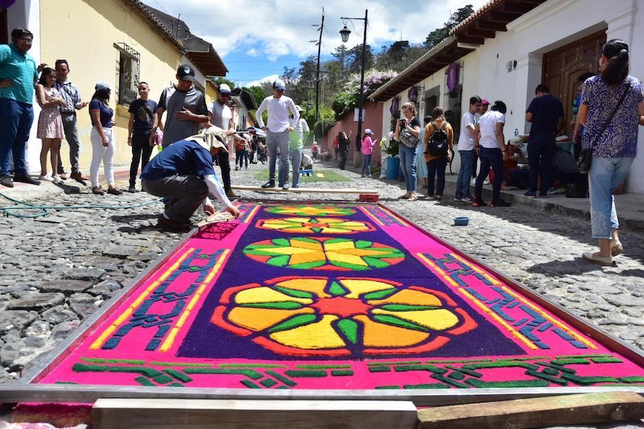 Las alfombras revisten de color las calles de la Antigua Guatemala. (Foto: Fredy Hernández/Soy502)