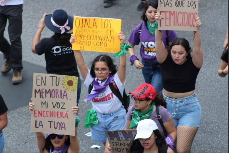 """""""Ojalá los femicidios te preocuparan tanto como el coronavirus"""" se leyó en un mensaje durante la marcha. (Foto: Twitter Rudagt)"""