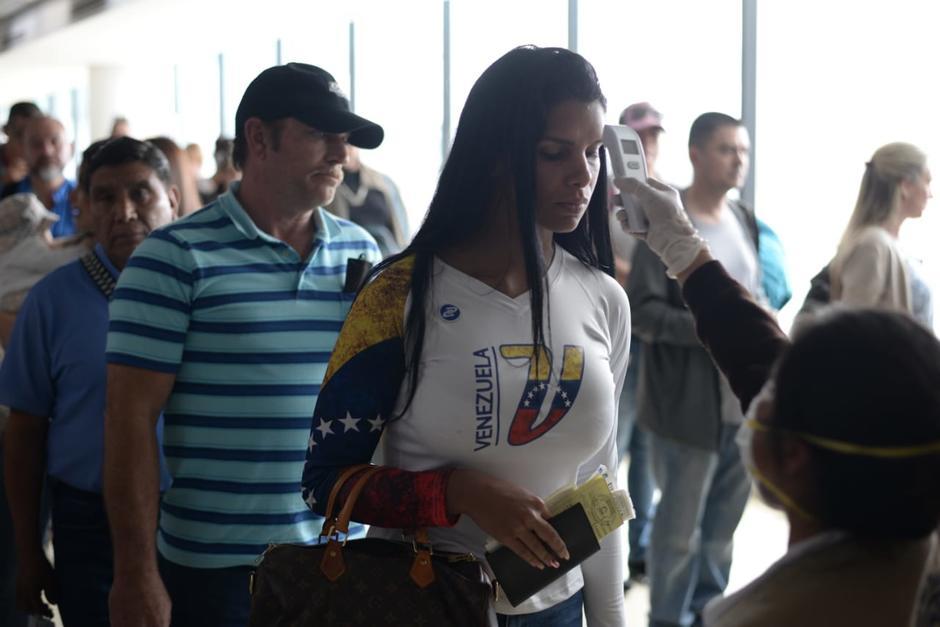 Los pasajeros que ingresan al Aeropuerto La Aurora son evaluados. (Foto: Wilder López/Soy502)