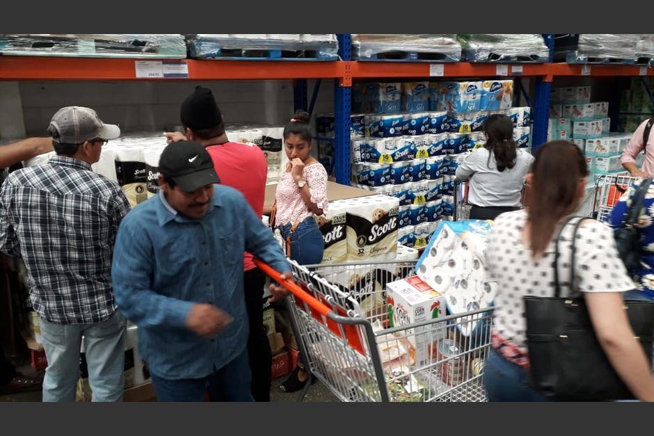 Decenas de personas acudieron a PriceMart para adquirir papel higiénico y otros productos de higiene. (Foto: Wilder López/Soy502)