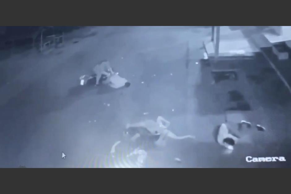 Los ocupantes de las motos vuelan por el aire luego del choque. (Foto: captura pantalla)