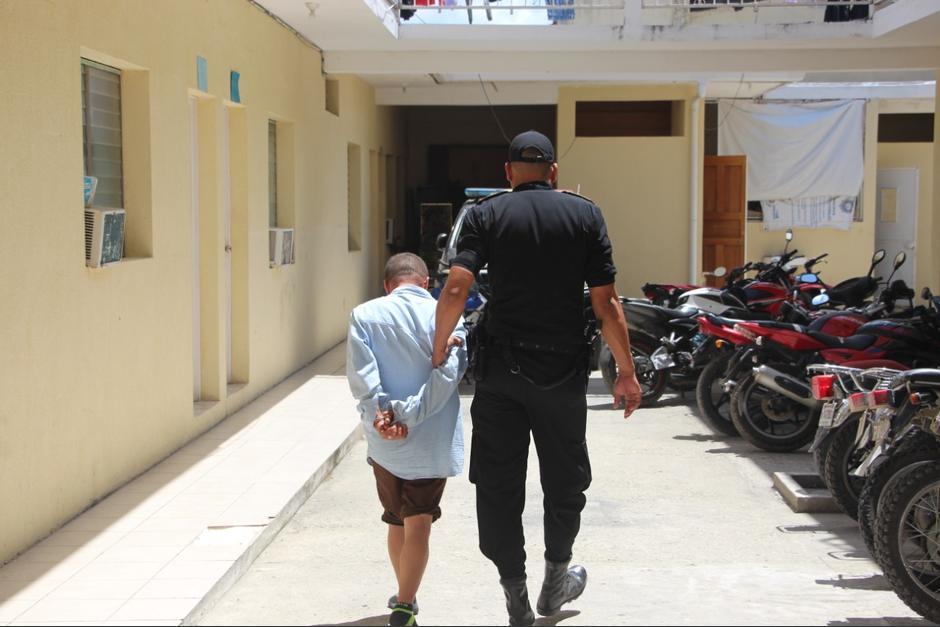 Un hombre es trasladado a un juzgado de Petén al haber sido capturado, en el primer día de las restricciones por el covid-19, por realizar disparos al aire. (Foto: PNC)