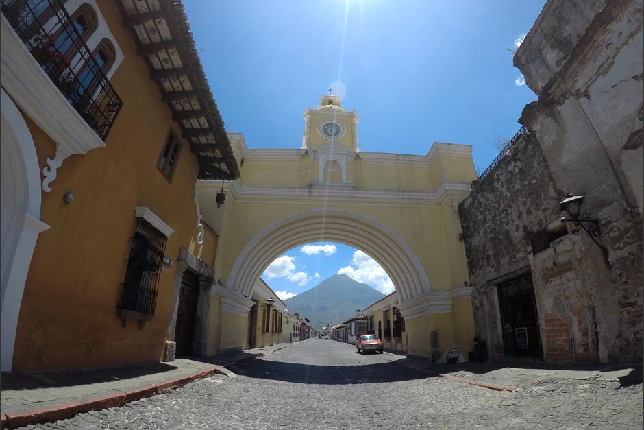 La Calle del Arco, acostumbrada a la multitud, luce completamente vacía. (Foto: Fredy Hernández/Soy502)