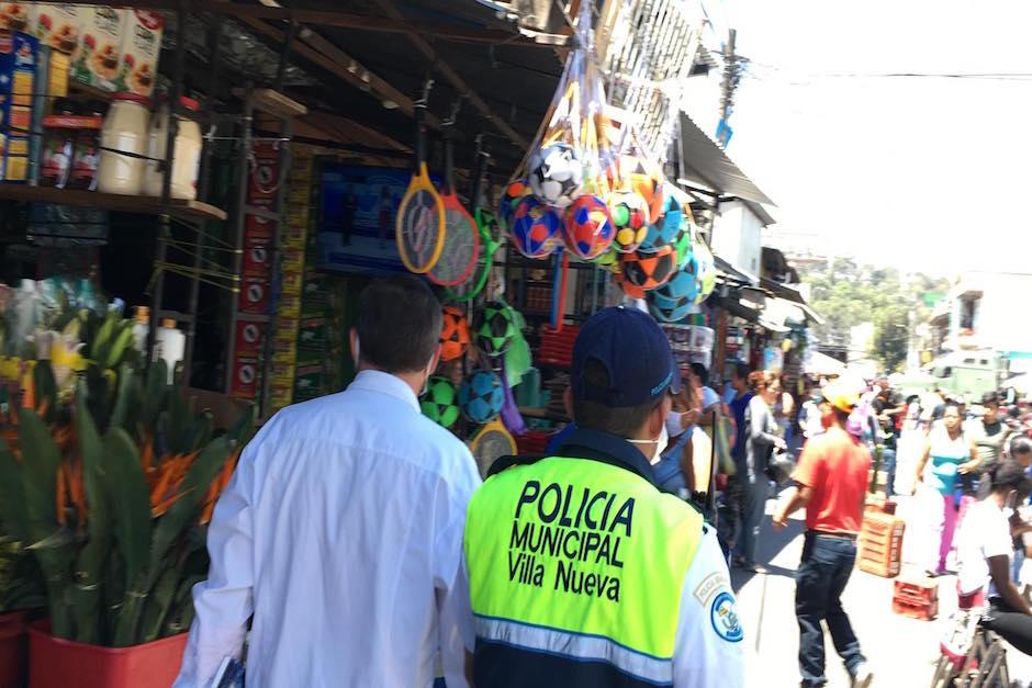 Autoridades del Ministerio de Salud y la Policía Municipal de Villa Nueva piden a vendores y clientes que se retiren ya que tienen previsto realizar fumigación. (Foto: Luis Barrios/Soy502)