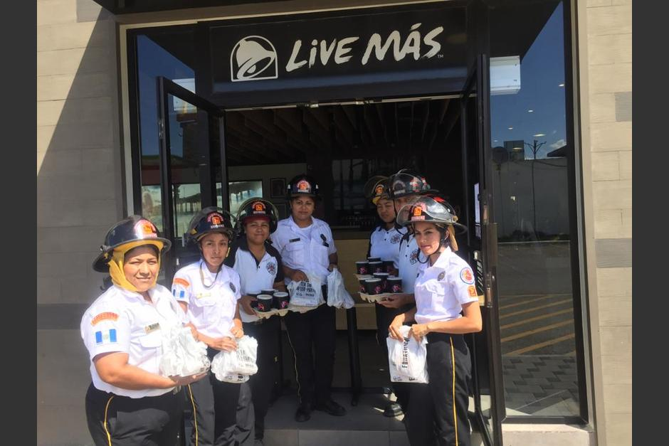Se entregaron menús a bomberos. (Foto cortesía: Taco Bell)