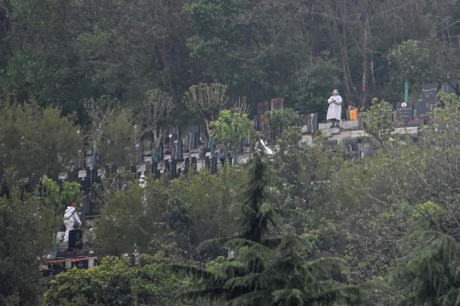 Poco a poco entierran a los muertos en cementerios de Wuhan, tras la pandemia de coronavirus. (Foto: AFP)