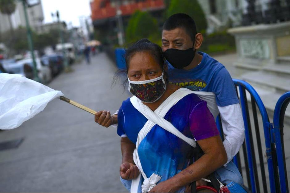 Catalina García y su hijo Gilson recorren la ciudad en busca de ayuda. (Foto: Wilder López/Soy502)