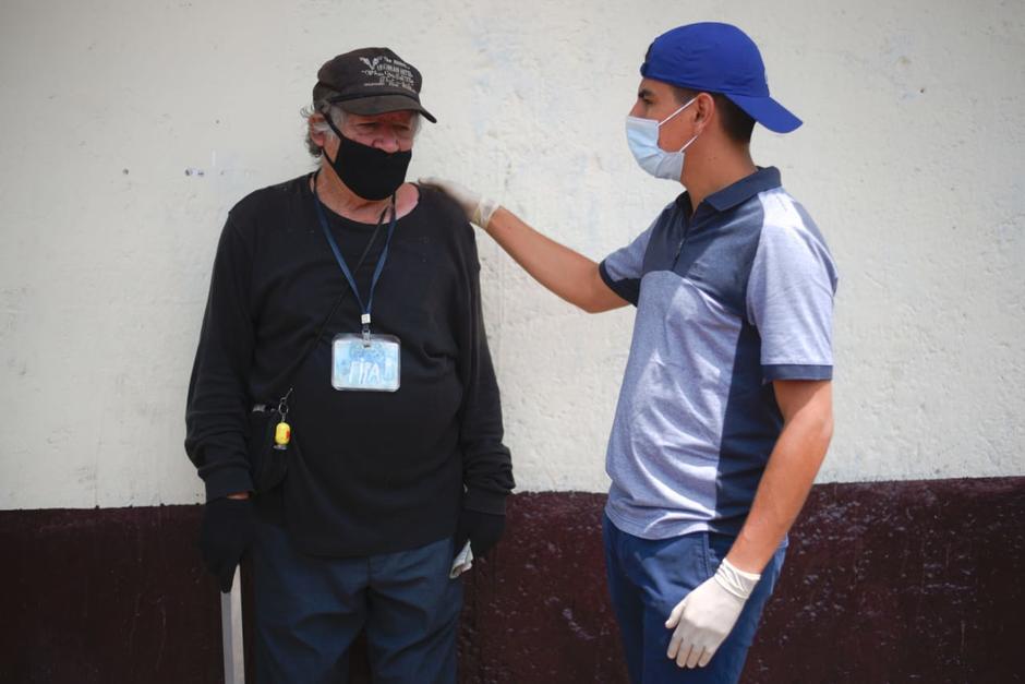 """Eduardo Flores entrega un donativo de víveres a """"El Marchante"""" y su hermano. (Foto: Wilder López/Soy502)"""