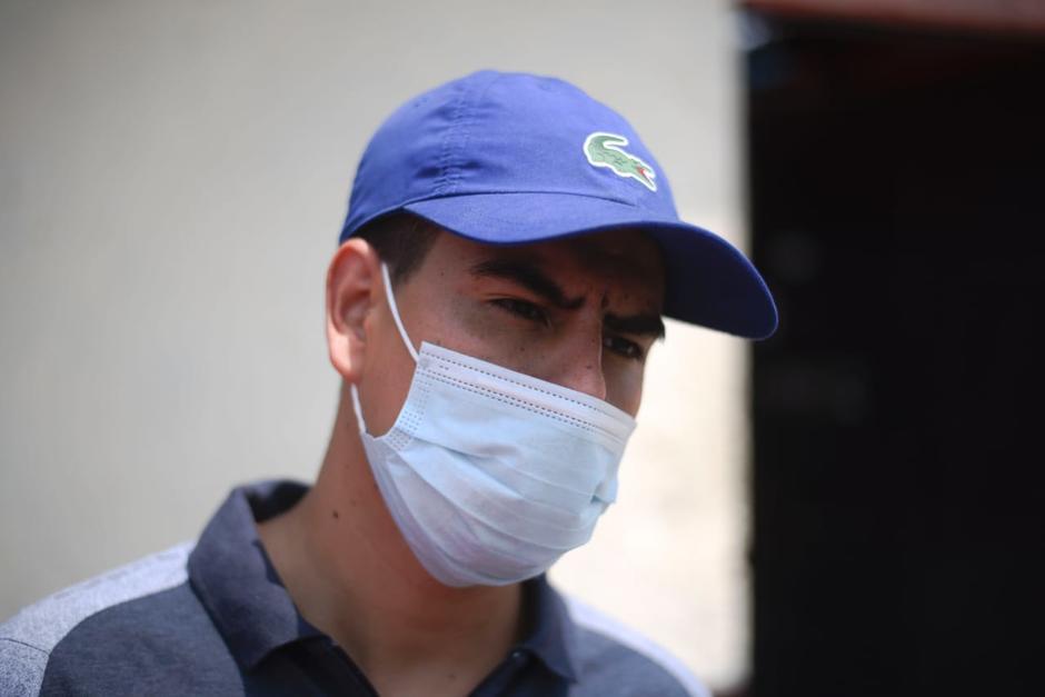 Eduardo Flores viajó desde Jutiapa para entregar el apoyo a Noé Ángel Ochoa en la zona 6. (Foto: Wilder López/Soy502)