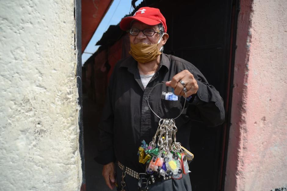 Don Gilberto Ángel vende llaveros para ganar algunos centavos, pero no ha podido vender nada en las últimas semanas. (Foto: Wilder López/Soy502)