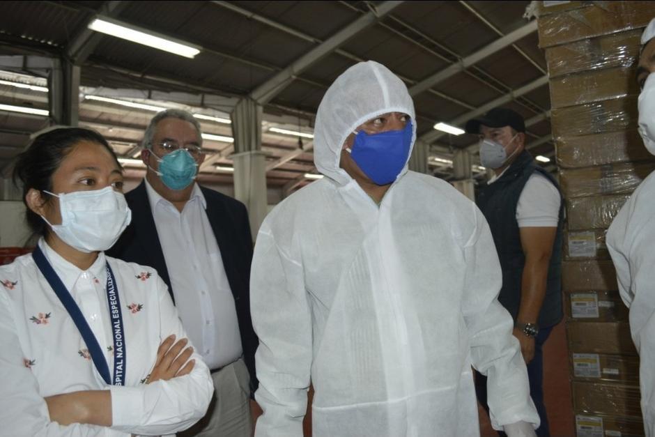 El diputado Aldo Dávila, de la bancada Winaq, acudió al hospital temporal del Parque de la Industria. (Foto: Twitter)