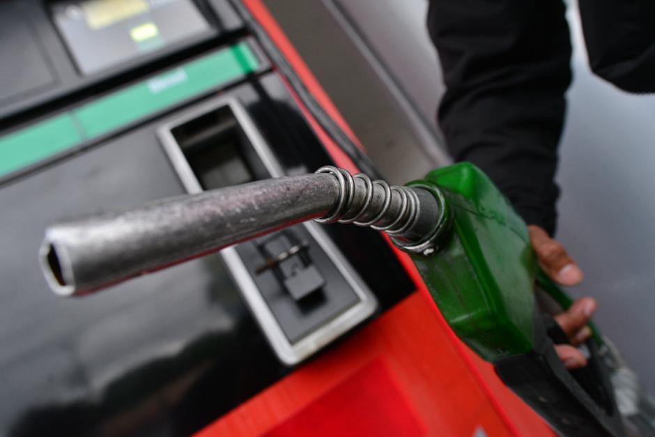 Alrededor de 200 expendios de combustible operarán este fin de semana durante el toque de queda. (Foto: Archivo/Soy502)