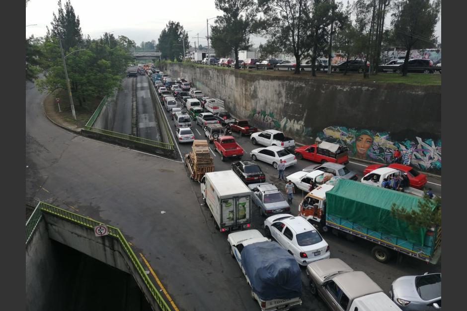 El tráfico está detenido en las inmediaciones de la Central de Mayoreo en la zona 12 de Villa Nueva. (Foto: Juan Victor Castillo/Twitter)