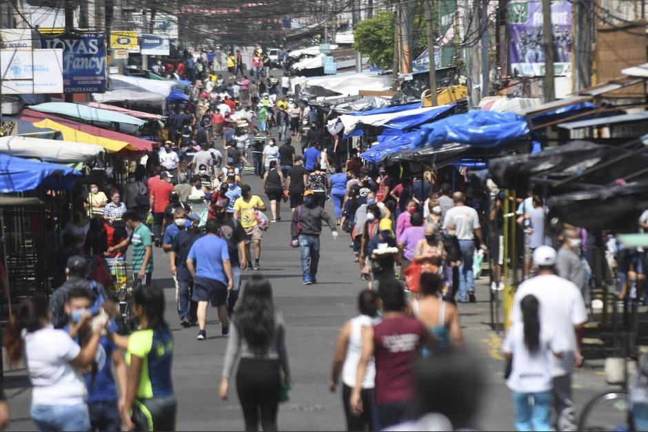 Los mercados y supermercados pudieron abrir sus puertas a partir de las 6:00 horas este lunes. (Foto: AFP)