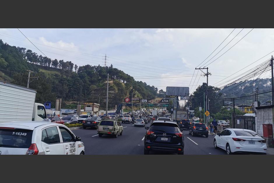 El tráfico es complicado a pocos minutos del inicio del toque de queda en Guatemala. (Foto: Twitter/@El_Guz_Man)