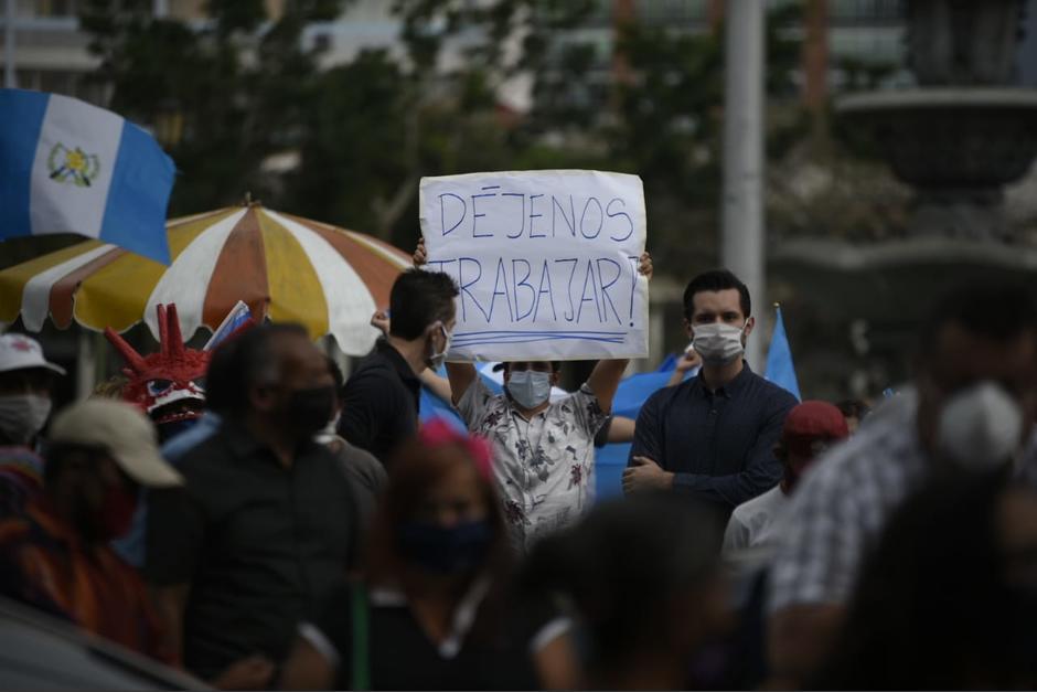 Un grupo de personas realizaron una manifestación frente al Palacio Nacional de la Cultura en contra de las medidas presidenciales para contener la propagación del Covid-19. (Foto: Wilder López/Soy502)