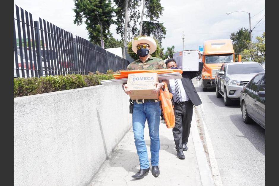 El alcalde de Mixco acudió a una ferretería para comprar las sierras. (Foto: captura pantalla)