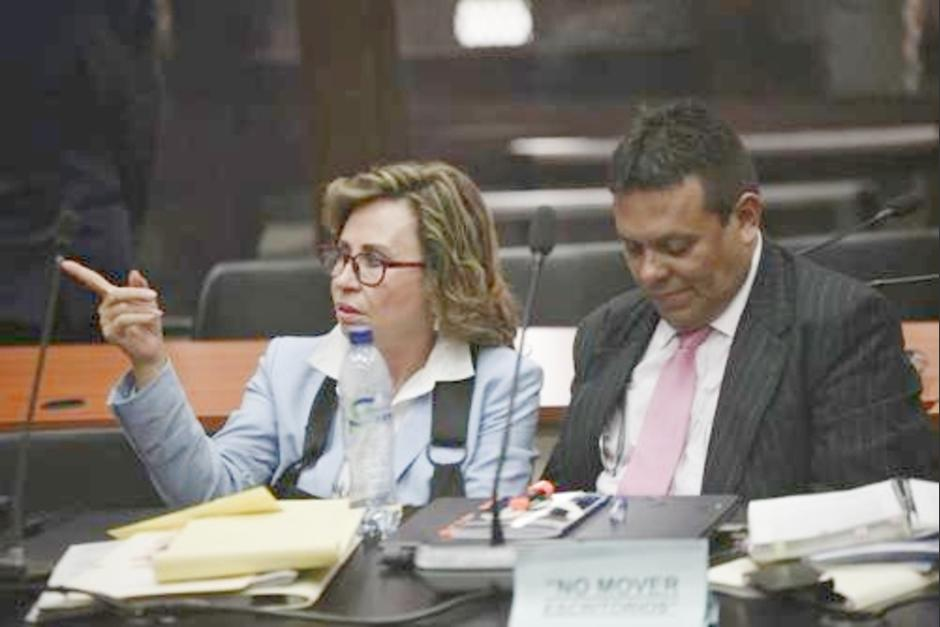 El abogado Marco Vinicio Salvatierra junto a Sandra Torres en la audiencia de primera declaración. (Foto: archivo/Soy502)