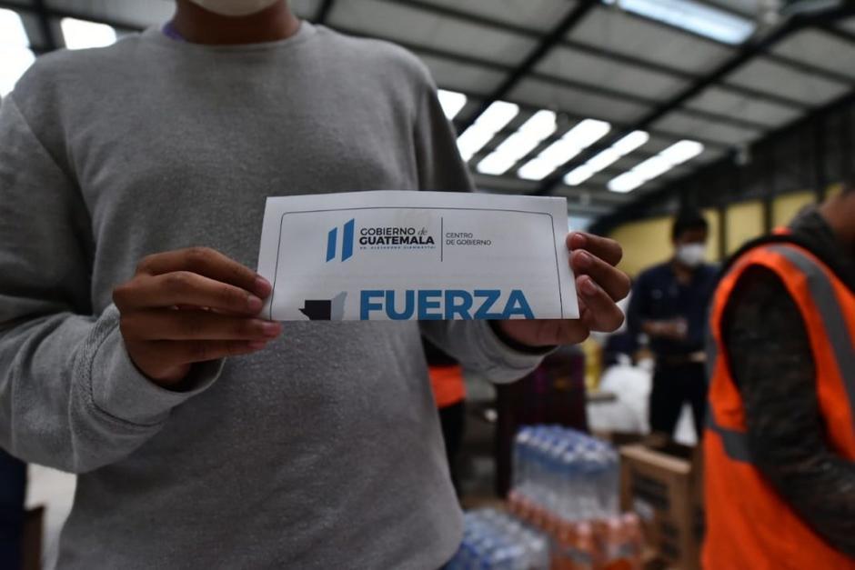 El presidente Alejandro Giammattei utiliza las bolsas de víveres para enviar mensaje con el nombre de su partido político. (Foto: AGN)