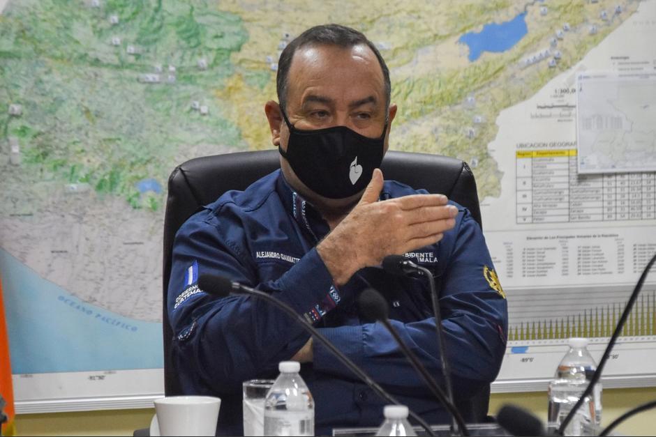 El presidente Alejandro Giammattei asistió a Conred para evaluar la situación de la tormenta tropical Iota. (Foto: Conred)