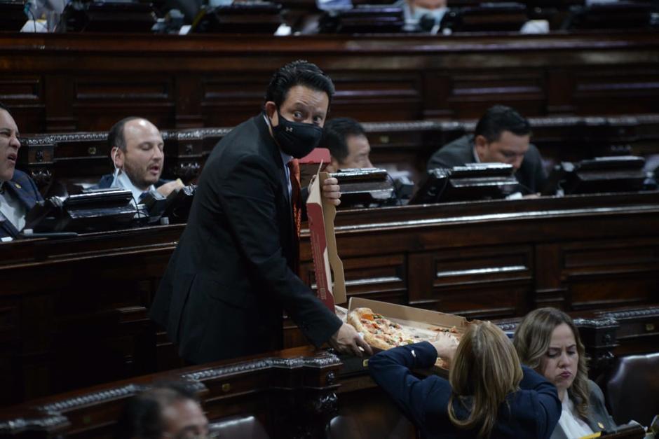 Pizza, baguetes y hasta diputados dormidos, así se aprobó el Presupuesto General para el próximo año. (Foto: Wilder López/Soy502)