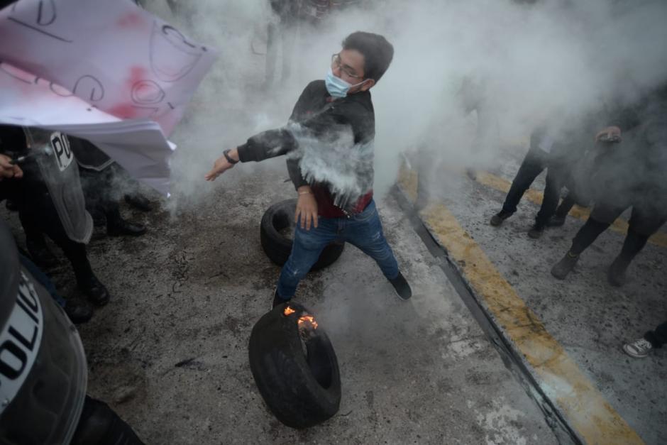 Los agentes usaron la fuerza para disolver a los inconformes. (Foto: Wilder López/Soy502)