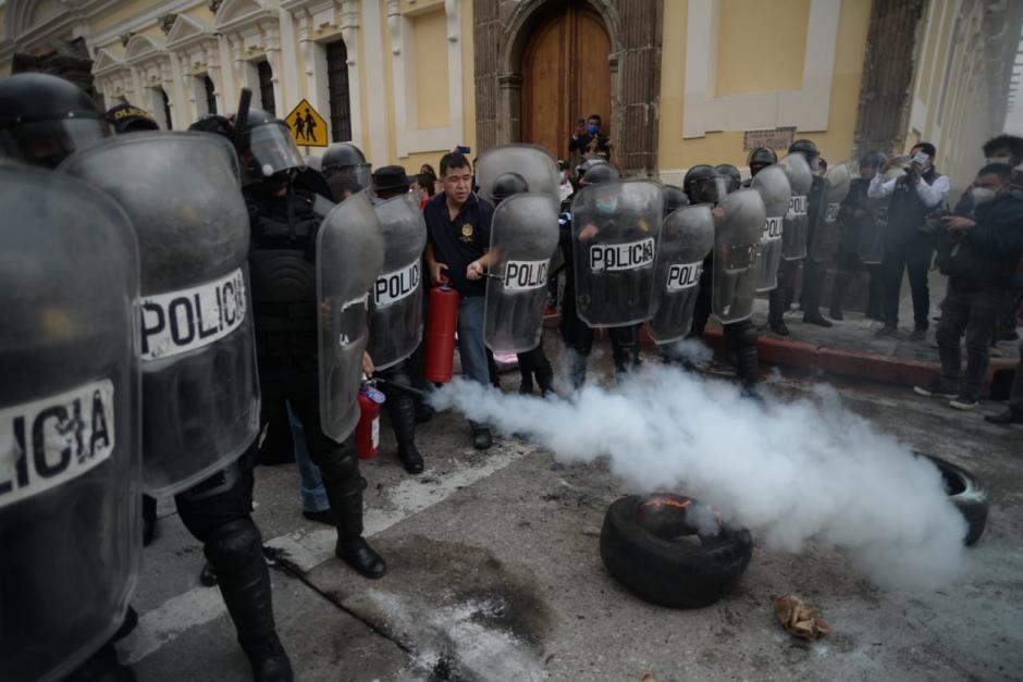 Tras apagar el fuego, los antimotines comenzaron a replegar a los manifestantes.. (Foto: Wilder López/Soy502)