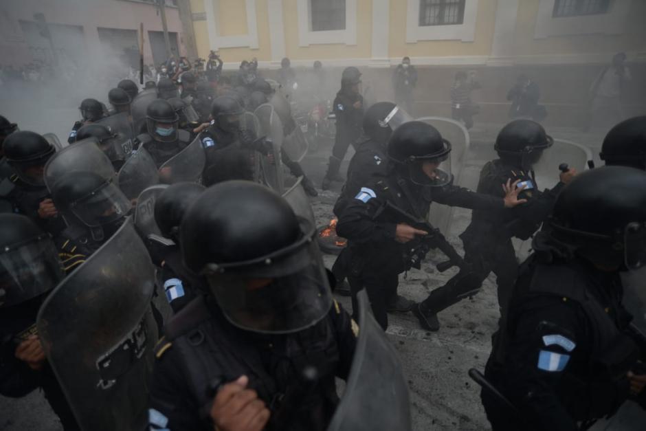 Los antimotines disolvieron la protesta cerca del Congreso de la República. (Foto: Wilder López/Soy502)