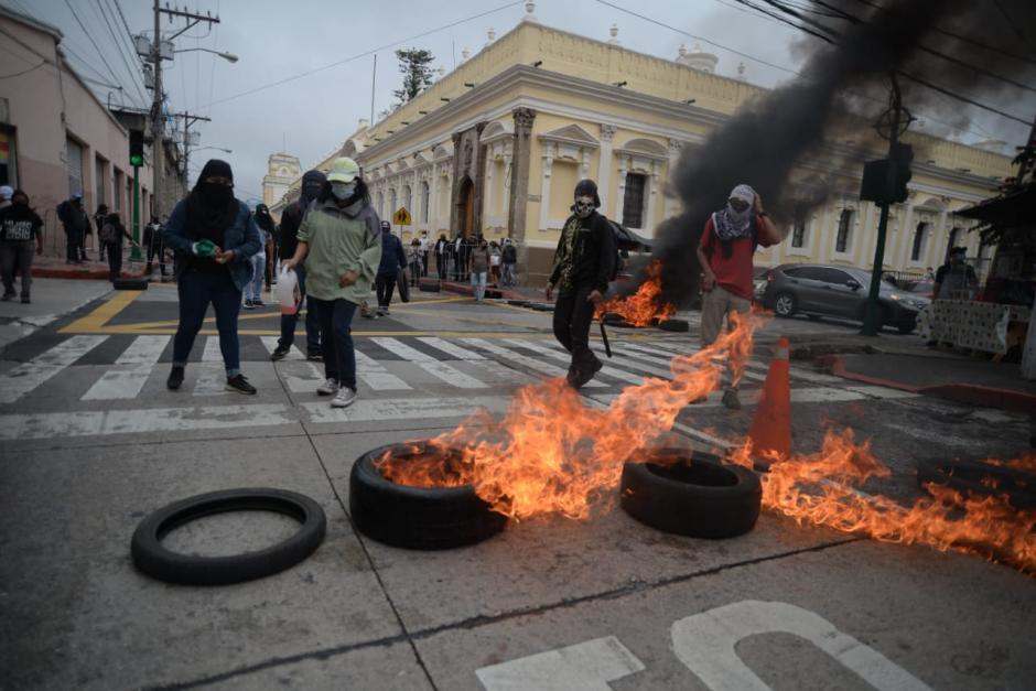 Los jóvenes encapuchados prendieron fuego a unas llantas. Protestaban en contra de la aprobación del Presupuesto 2021 (Foto: Wilder López/Soy502)