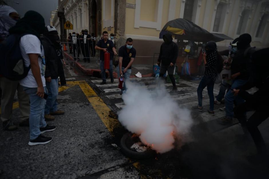 Debido a este enfrentamiento, el tránsito es complicado en el Centro Histórico. (Foto: Wilder López/Soy502)