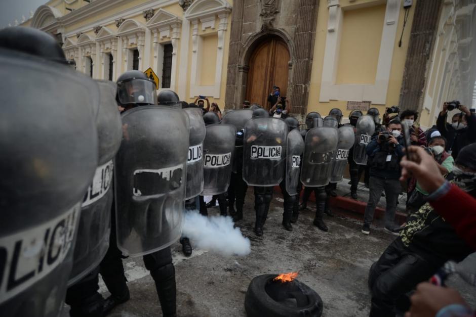 La PNC tomó control del área y obligó a los jóvenes a retirarse tras lanzar gas pimienta.(Foto: Wilder López/Soy502)