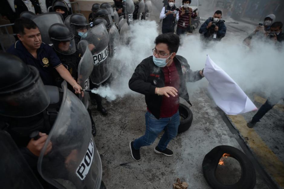 Un joven intenta penetrar la barrera de la PNC para protestar frente al Congreso. (Foto: Wilder López/Soy502)