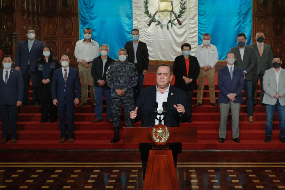 Acompañado de varios ministros, el presidente Alejandro Giammattei, aseguró que se reunió con empresarios y tanques de pensamiento. (Foto: Presidencia)