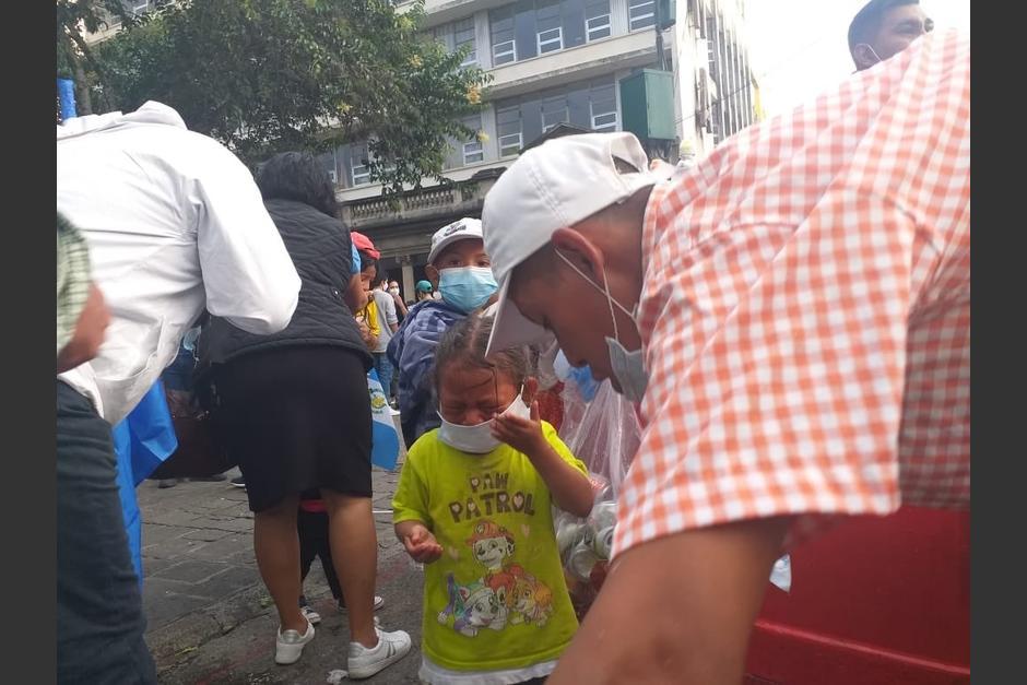Varios niños resultaron afectados con las bombas lacrimógenas lanzadas en la Plaza de la Constitución. (Foto: Cortesía)
