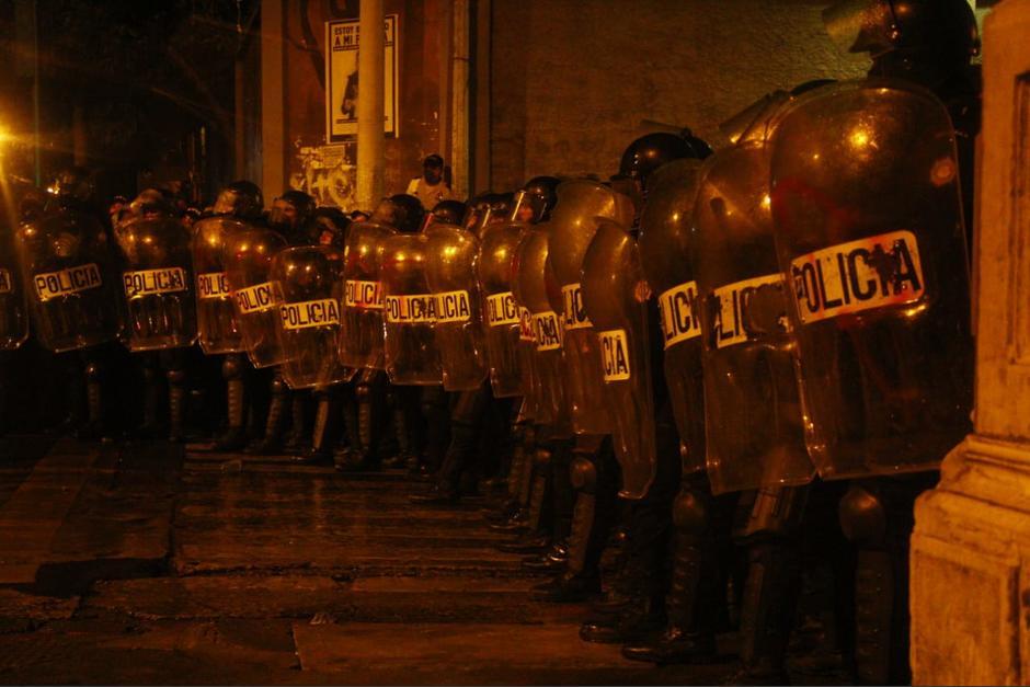 Antimotines rodean a presuntos manifestantes en el Congreso. (Foto: Alexis Batres/Soy502)
