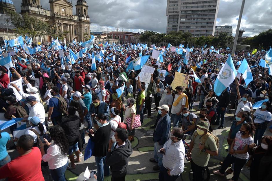 La PNC lanzó bombas lacrimógenas a los manifestantes que estaban en la Plaza de la Constitución (Fotografía: Wilderd López)