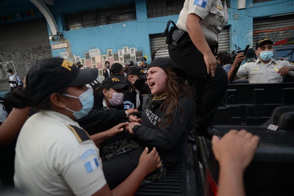Mencos documentaba las manifestaciones del 21 de noviembre. (Fotografía: Wilder López / Soy502)