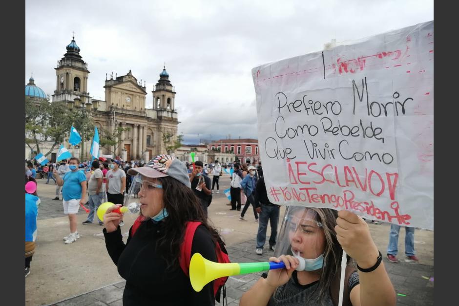 Personas comienzan a concentrarse en la Plaza de la Constitución para una nueva jornada de protestas. (Foto: Gustavo Méndez/Soy502)