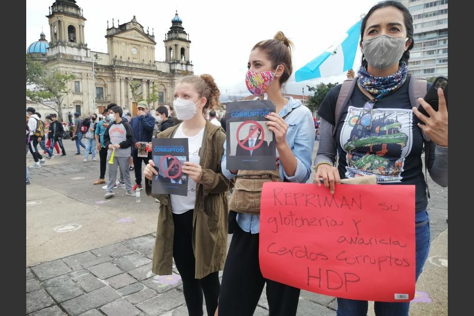 """""""Repriman su glotonería y avaricia"""", es uno de los mensajes que lleva una de las manifestantes. (Foto: Gustavo Méndez/Soy502)"""