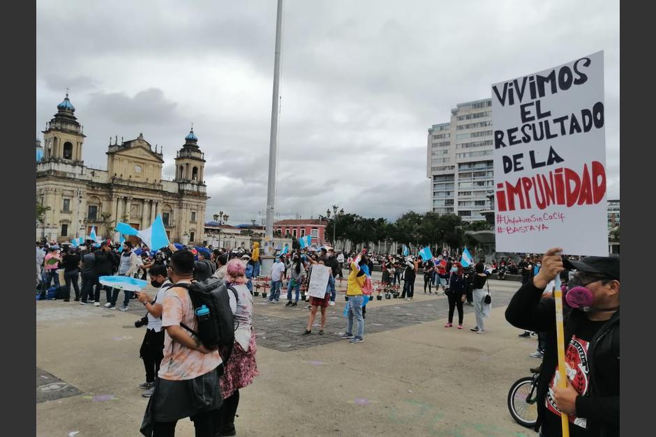 Con banderas de Guatemala y pancartas, la población llega de nuevo a la Plaza de la Constitución. (Foto: Gustavo Méndez/Soy502)